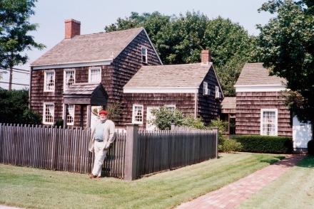 4 FRED4518 FJT devant la maison de Walt Whitman à West Hills 1994