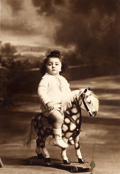 Sur mon cheval vers 2-3 ans recadré